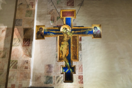 cappella: FLORENCE, ITALY - NOVEMBER 6, 2016: Crucifix in chapel of Basilica di Santa Croce (Basilica of the Holy Cross) in Florence city. The church is burial place of famous Italians. Editorial