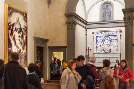 cappella: FLORENCE, ITALY - NOVEMBER 6, 2016: visitors near Medici chapel of Basilica di Santa Croce (Basilica of the Holy Cross) in Florence city. The church is burial place of famous Italians.