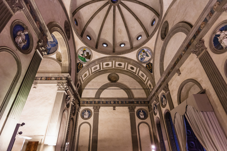 FLORENCIA, ITALIA - 6 DE NOVIEMBRE DE 2016: interior de la capilla de Pazzi en Basilica di Santa Croce (basílica de la cruz santa) en Florencia. La capilla fue encargada a Brunelleschi por Andrea de Pazzi en 1429
