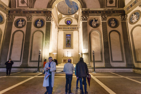 cappella: FLORENCE, ITALY - NOVEMBER 6, 2016: visitors in Pazzi chapel in Basilica di Santa Croce (Basilica of the Holy Cross) in Florence. The chapel was commissioned to Brunelleschi by Andrea de Pazzi in 1429
