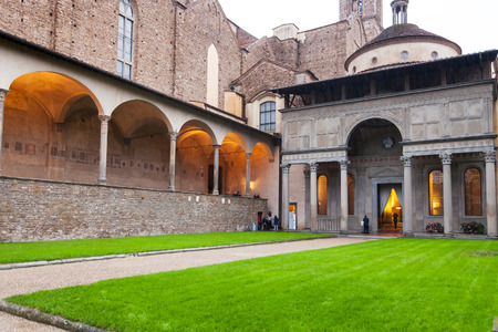cappella: FLORENCE, ITALY - NOVEMBER 6, 2016: Pazzi Chapel in Arnolfo cloister of Basilica di Santa Croce (Basilica of the Holy Cross) in Florence in evening. The church is burial place of famous Italians.