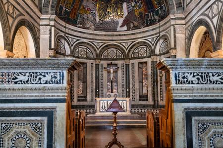 FLORENCIA, ITALIA - 7 DE NOVIEMBRE DE 2016: altar de la basílica San Miniato al Monte (St Minias en la montaña). Esta es una de las pocas iglesias medievales en Florencia que los arquitectos renacentistas no han reconstruido