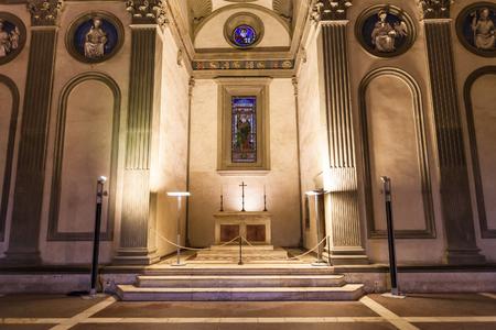 FLORENCIA, ITALIA - 6 DE NOVIEMBRE DE 2016: altar en la capilla de Pazzi en Basilica di Santa Croce (basílica de la cruz santa) en Florencia. La capilla fue encargada a Brunelleschi por Andrea de Pazzi en 1429