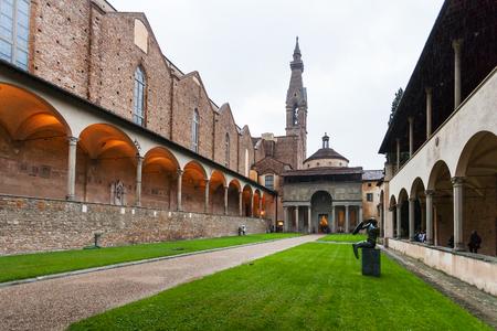 FLORENCIA, ITALIA - 6 DE NOVIEMBRE DE 2016: vista delantera de Pazzi Chapel en el claustro de Arnolfo de Basilica di Santa Croce (basílica de la cruz santa) por la tarde. La iglesia es lugar de entierro de famosos italianos.
