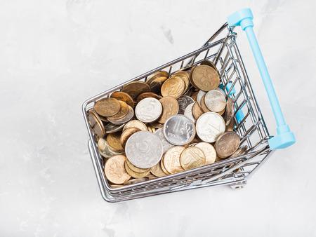 carruaje de compras con monedas ruso en placa de hormigón