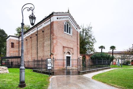 cappella: Padua, Italia - NOVIEMBRE 1, 2012: edificio de la Capilla de los Scrovegni (Capella degli Scrovegni) en Parco dell Arena de la ciudad de Padua en otoño. Esta iglesia contiene fresco de Giotto, completado alrededor del 1305. Editorial