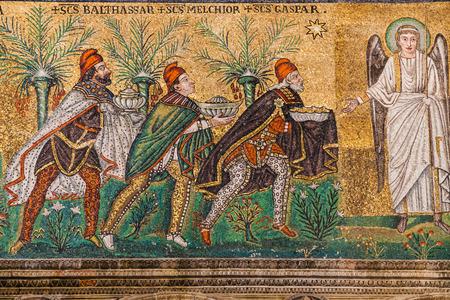 RAVENNA, ITALIA - 4 NOVEMBRE 2012: mosaico con un regalo di tre Magi della fine di Catherdal Sant Apollinare Nuovo su nella città di Ravenna. La cattedrale fu eretta dal re Teodorico di Ostrogot durante il VI secolo Archivio Fotografico - 70706551