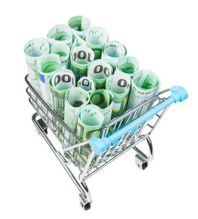carrito de la compra con rollos de billetes en euros aislados sobre fondo blanco