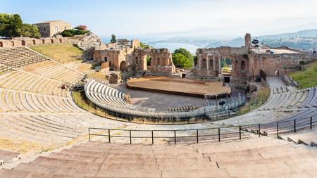 イタリア - シチリアのタオルミーナ都市で古代のテアトロ ・ グレコ (ギリシャ劇場) のビューの上