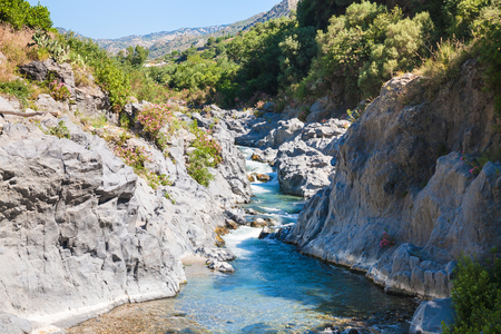 イタリア - 夏の日のゴール デル シチリアのアルカンタラのアルカンタラ川