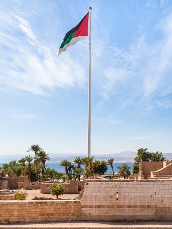 中東の国ヨルダンの王国 - アカバ市内のアカバ城上アラブ反乱の旗への ...