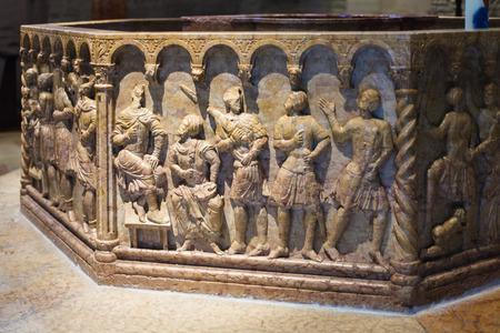VERONA, ITALIA - 27 DE MARZO DE 2017: pila bautismal en el baptisterio de la Catedral del Duomo de Verona (Chiesa di San Giovanni in Fonte). El baptisterio fue construido en la primera mitad del siglo X.