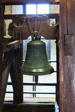VERONA, ITALY - MARCH 29, 2017: church bell in castelvecchio castle tower in Verona city. Construction of the Caste was carried out between 1354 and 1376. 新聞圖片