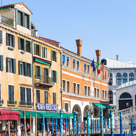 reside: VENICE, ITALY - MARCH 30, 2017: tourists near Rialto Bridge on Grand Canal in Venice. The city has about 50,000 tourists a day and only around 55,000 people reside in the historic town