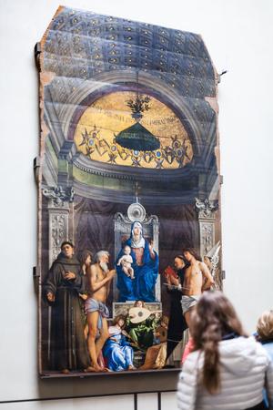 베니스, 이탈리아 -2001 년 3 월 30 일 : 베니스에서 Gallerie dell'Accademia의 실내 방문자. 박물관 갤러리는 19 세기 이전의 예술품을 전시하고 있으며, Scuola della Carita에 보관되어 있습니다.