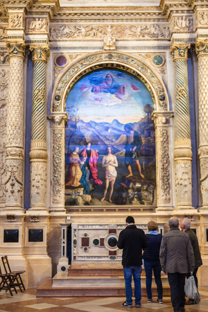 VICENZA, ITALY - MARCH 28, 2017: visitors in hall of Chiesa di Santa Corona. Construction of church was begun in 1261 as house a thorn from the crown of thorns forced on Jesus during his passion Redakční