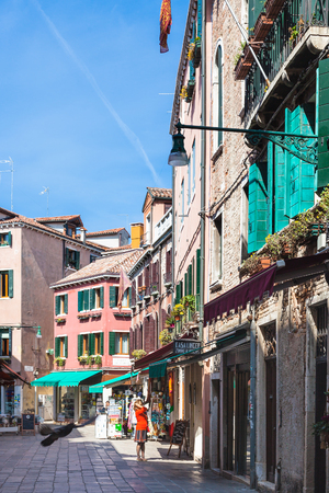 reside: VENICE, ITALY - MARCH 30, 2017: people on street Salizada SantAntonin in Venice in spring. The city has about 50,000 tourists a day and only around 55,000 people reside in the historic town