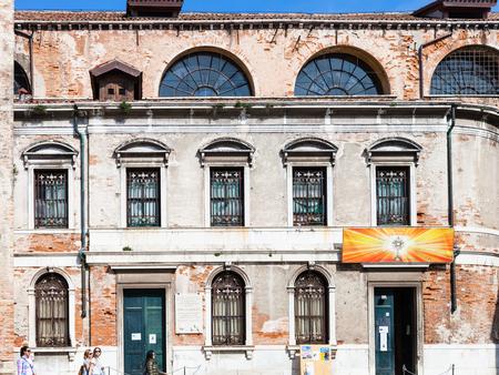 VENEZIA, ITALIA - 30 MARZO 2017: persone vicino a Chiesa di san silvestro papa sul Campo San Silvestro a Venezia. Fondata nel IX secolo, dal 1105 la chiesa divenne sede dei patriarchi di Grado