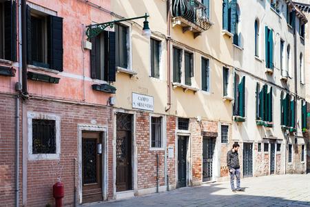 VENEZIA, ITALIA - 30 marzo 2017: persone in Campo San Silvestro a Venezia in primavera. La città conta circa 50.000 turisti al giorno e solo circa 55000 persone risiedono nel centro storico