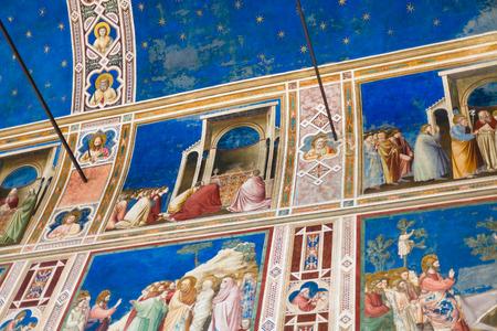 PADUA, ITALIA - 1 DE ABRIL DE 2017: frescos del techo en la capilla de Scrovegni (degli Scrovegni de Cappella, capilla de la arena). La iglesia contiene un ciclo de frescos de Giotto, completado alrededor de 1305.