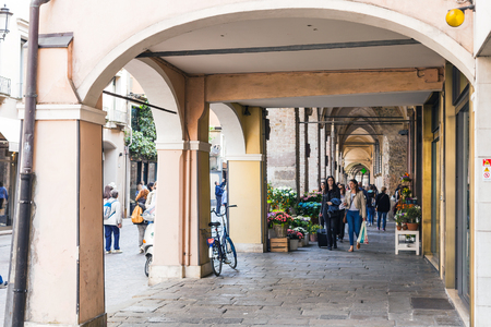 PADUA, ITALY - APRIL 1, 2017: people in arcades on via umberto I in Padua city in spring. Padova is a city and comune in Veneto, the capital of the province of Padua Stok Fotoğraf - 76621462