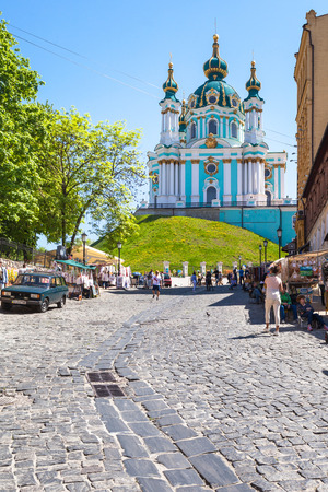 bartolomeo rastrelli: KIEV, UKRAINE - MAY 6, 2017: people on market on Andriyivskyy Descent and view of St Andrews Church in Kiev city in spring. The church was constructed in 1747-1754 by architect Bartolomeo Rastrelli