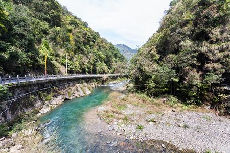 중국을 여행하다 - 봄철에 Xiangshan 지구의 Jiangdi 마을에있는 국립 삼림 공원의 Longsheng Hot Springs 강을 따라 가다. 스톡 콘텐츠