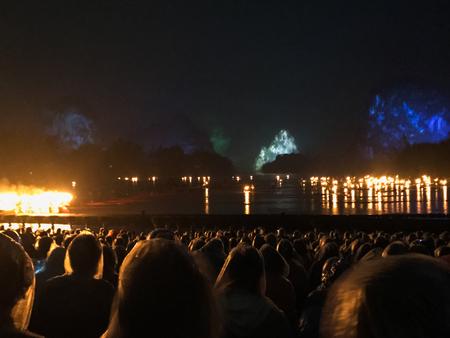 陽朔, 中国 - 2017 年 3 月 28 日: 陽朔市では雨の中で自然の山で夜の光のショーの人々。町は風光明媚なカルスト ピークのため国内および外国人観光客 報道画像