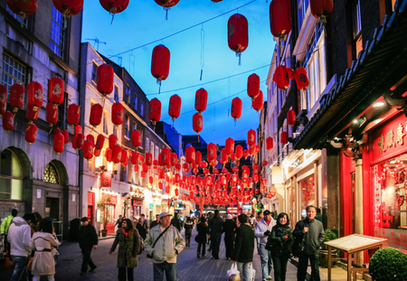 LONDON, UK - JANUARY 20, 2009: visitors in China Town decorated by Chinese lanterns during Chinese New Year in London. First organized Chinese New Year celebrations in the Chinatown took place in 1985 新聞圖片