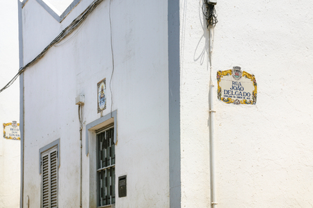 Travel to Algarve Portugal - typical urban houses in old town of Albufeira city in streets travessa Alves Correia, Rua Joao Delgado and Beco dos Lixas Imagens