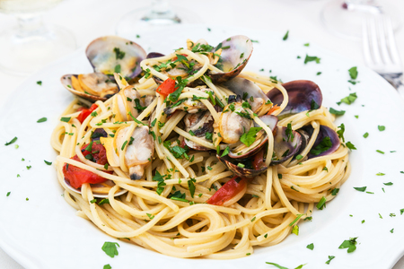 typical italian food - spaghetti alle vongole on plate in sicilian restaurant Standard-Bild