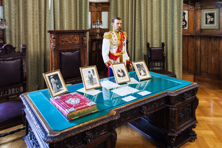 LIVADIYA, CRIMEA - SEPTEMBER 21, 2017: figure of russian tsar Nicholas II in working room in Livadia Palace. The palace was the summer residence of the Russian emperors family in Crimea 新聞圖片