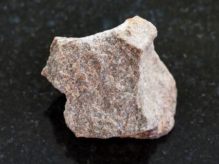 천연 미네랄의 매크로 촬영 바위 표본 - 거친 화강암 돌 어두운 화강암 배경