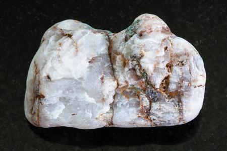 Makroschießen von natürlichem Mineralfelsenexemplar - roher Marmorstein auf dunklem Granithintergrund von Griechenland Standard-Bild - 89612025