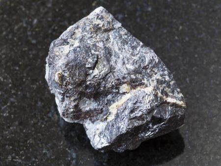 天然鉱物岩石標本のマクロ撮影-Sphalerite 鉱石、エルブルス山からの暗い花崗岩の背景、コーカサス、ロシア 写真素材