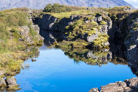 アイスランドへの旅行 - 9月にシングヴェリル国立公園の裂け目の谷のシルフラ亀裂の眺め
