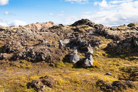 アイスランド - レイキャヴィーク地区 9 月にアイスランドの高地地域の Fjallabak 自然保護区の Laugahraun 火山の溶岩フィールドで古い岩旅行します。 写真素材