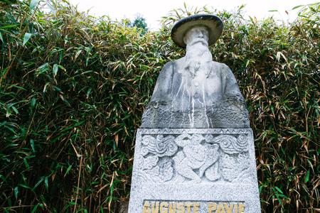DINAN, FRANKRIJK - JULI 5, 2010: monument van Auguste Pavie in Jardin Anglais (Engelse tuin) in Dinan-stad. Auguste Jean-Marie Pavie (1847-1925) was een Franse koloniale ambtenaar, ontdekkingsreiziger en diplomaat