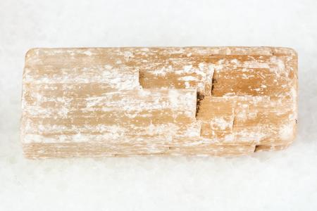 Fotografía macro de mineral natural - cristal de selenita (yeso) en bruto sobre mármol blanco del río Iren en Perm Krai, Rusia