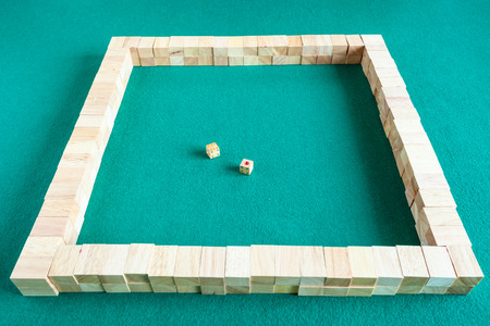 starting walls of mahjong, tile-based chinese strategy board game on green baize table Stockfoto