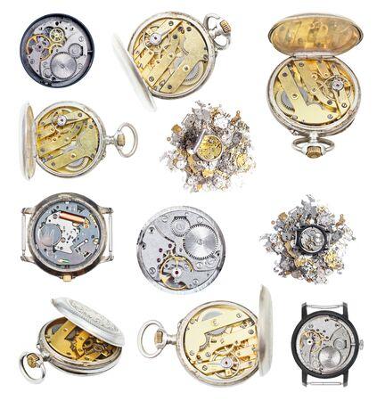 Conjunto de relojes antiguos y piezas de reloj aislado en blanco Foto de archivo