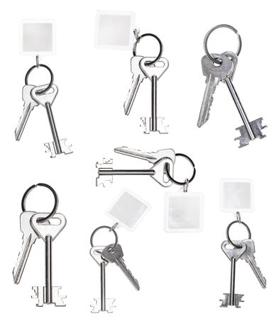 Jeu de clés sur porte-clés isolé sur fond blanc Banque d'images