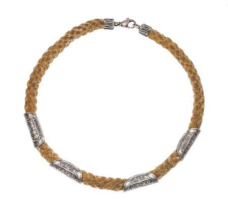 Blick von oben auf die Vintage-Halskette aus Baumwollseil mit alten Silbermünzen isoliert auf weißem Hintergrund Standard-Bild