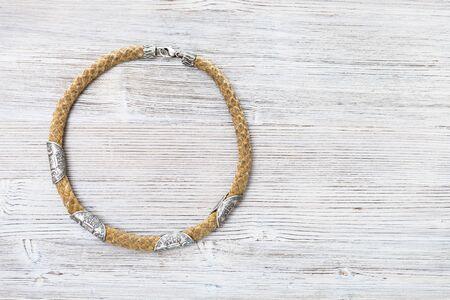 widok z góry liny ze srebrnymi monetami naszyjnik na szarej drewnianej desce z copyspace