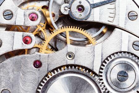 Uhrwerk der mechanischen Taschenuhr mit Zahnrädern, Federn und Zahnrädern Standard-Bild