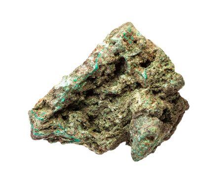 Primer plano de la muestra de mineral natural de la colección geológica - mineral de cobre en bruto (Malaquita) roca aislada sobre fondo blanco