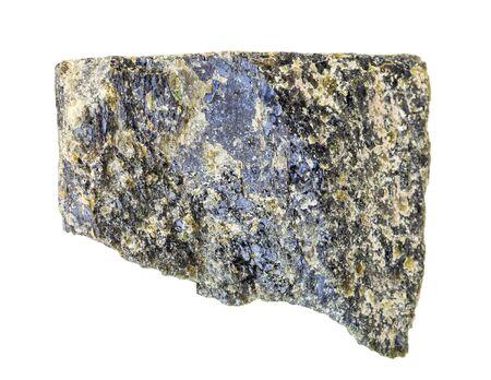 Gros plan de l'échantillon de minéraux naturels de la collection géologique - roche épidote non polie isolée sur fond blanc