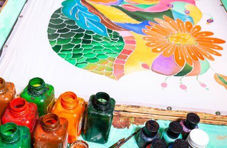 peintures et toile de soie blanche à motif floral en technique batik contour à froid sur châssis en bois