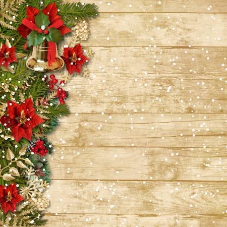 flor de pascua: Navidad hermosa guirnalda con campana poinsettia sobre tabla de madera