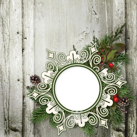 coronas navidenas: Fondo de madera sucio con guirnaldas de Navidad y el marco